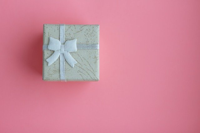 produit emballé dans un papier cadeau